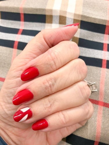 manimonday-nailart-burberry-holiday-candycane-plaid